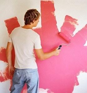 Pintando una pared rosa en La Costa