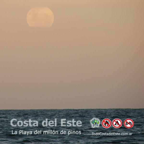 salida de la luna sobre el mar