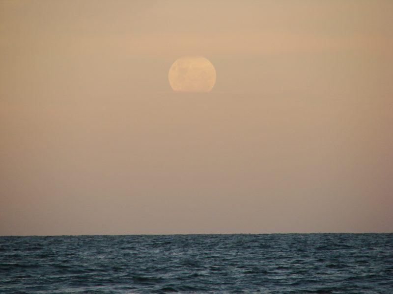 La Luna sobre al mar