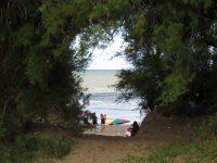Bajada a la playa frente al mar